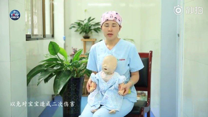 小宝宝和大一点的孩子被异物卡住气管后,分别该怎么办