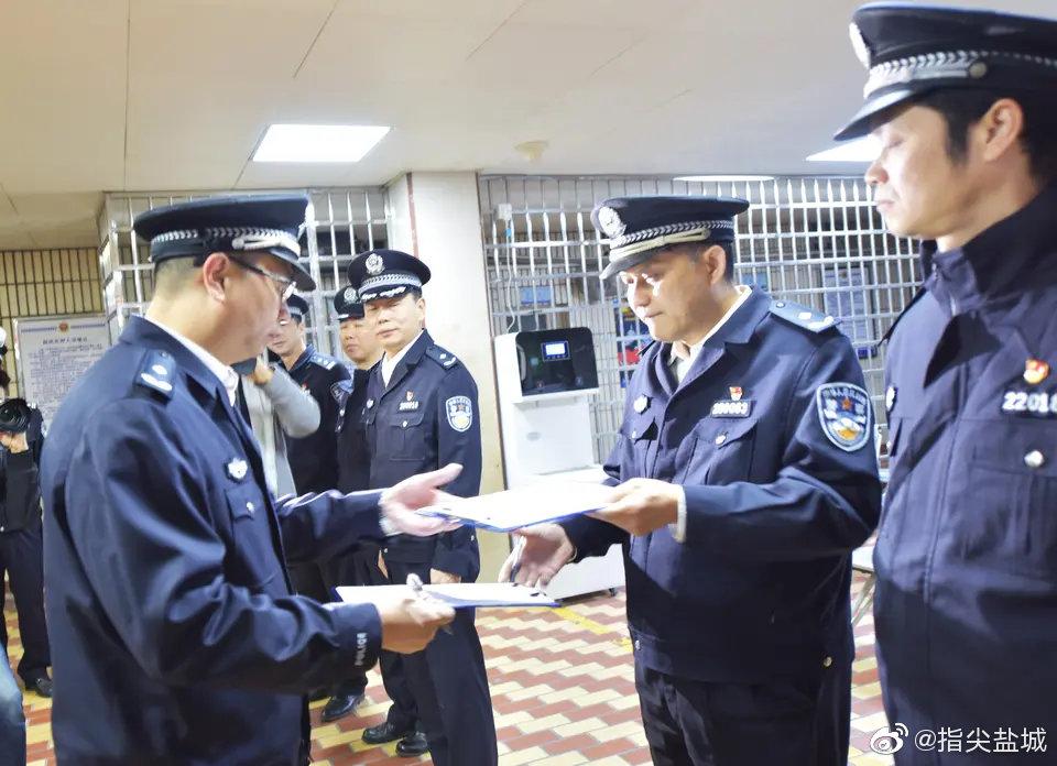 12月5日,厦门市公安局向江西省南昌市公安局移交潜逃23年