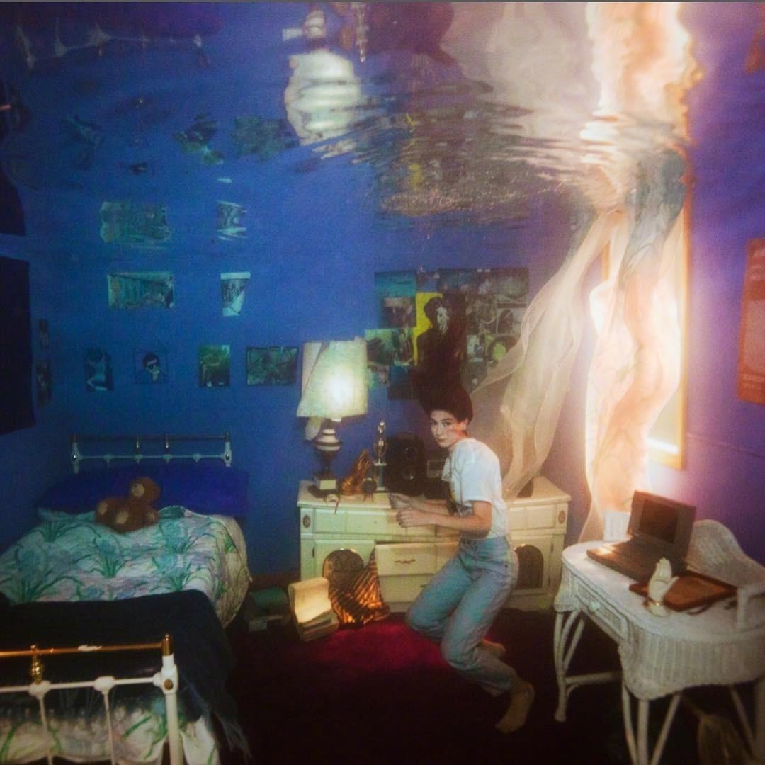 美国女歌手Weyes Blood令人印象深刻的水下专辑封面写真。