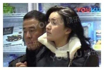 45岁杨坤携新女友逛超市被网友偶遇,路人镜头下的杨坤长这样!