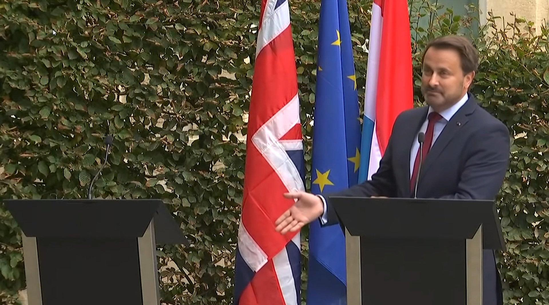 尴尬了!英国首相缺席发布会 卢森堡总理留下空讲台大加嘲讽