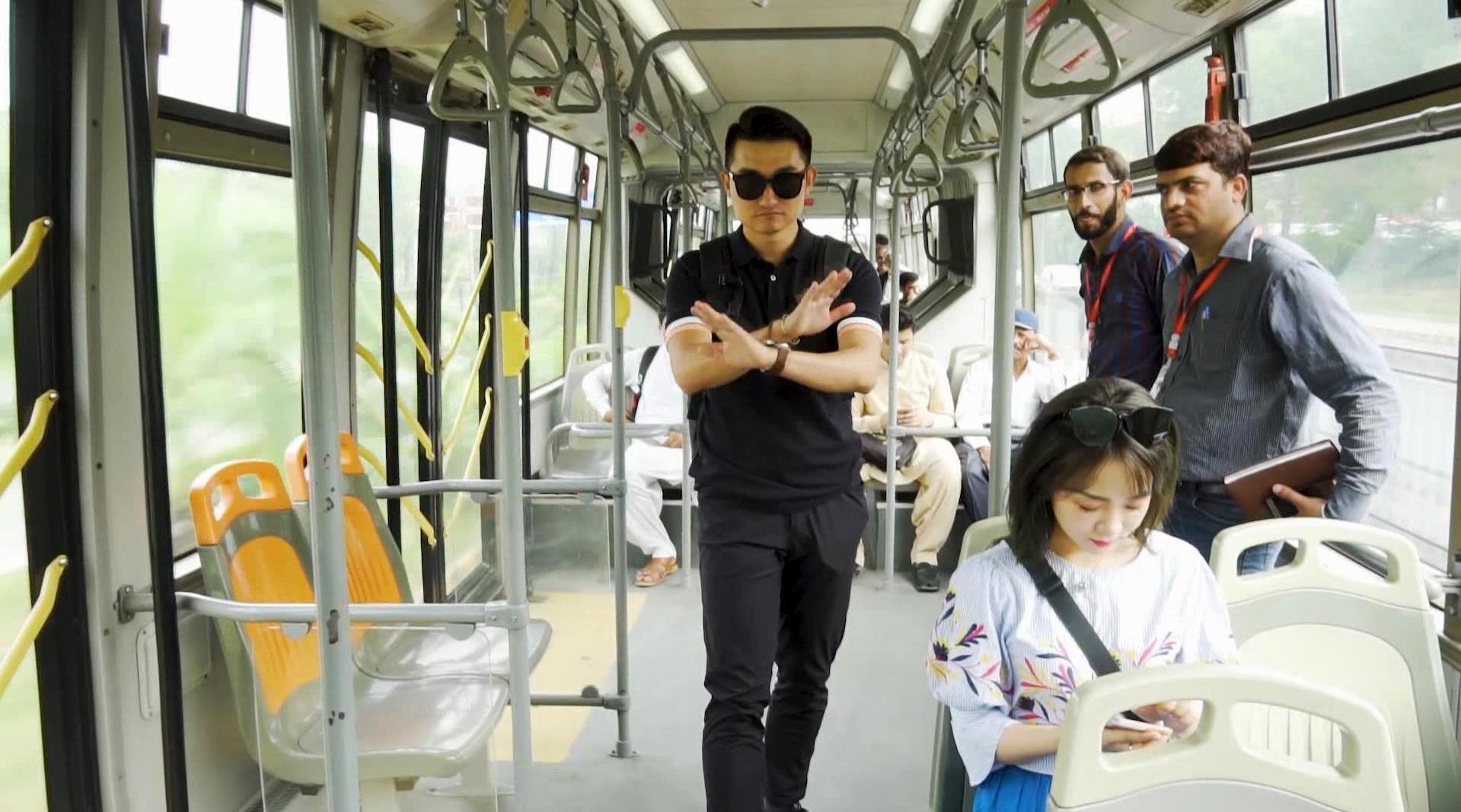 媒体团队员@媒体人亢凯  @988张咪 体验巴基斯坦BRT快速公交
