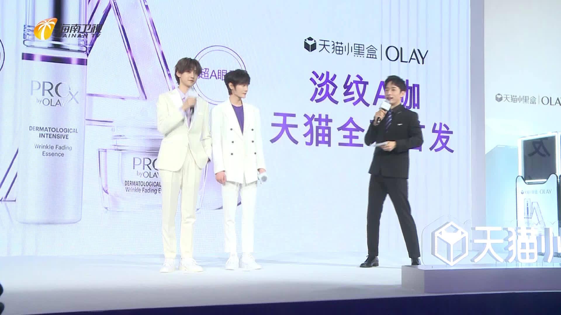 人气偶像, 白色西装内搭紫罗兰色衬衣,现身北京参加活动