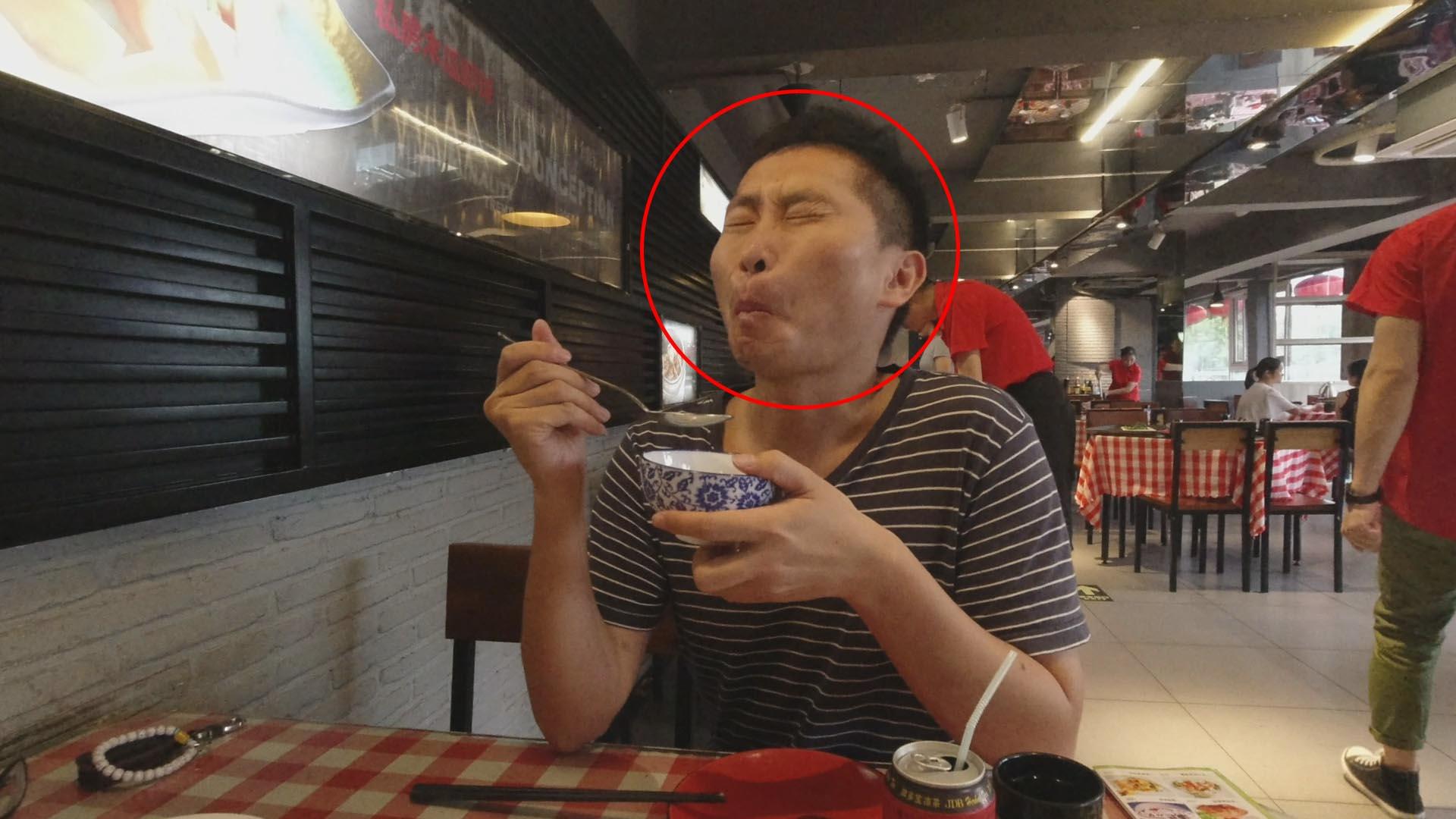 福州古街现怪异小吃:芒果炒鸡蛋,吃一口差点吐出来,太难吃了