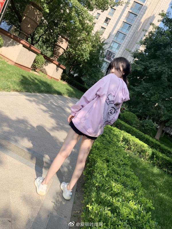 宋祖儿身着MO&Co. 2019冬季粉紫色美少女卫衣拍摄全新私服照