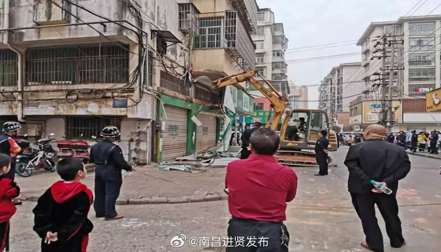 """民和镇凤凰街社区开展""""拆违治乱""""行动"""