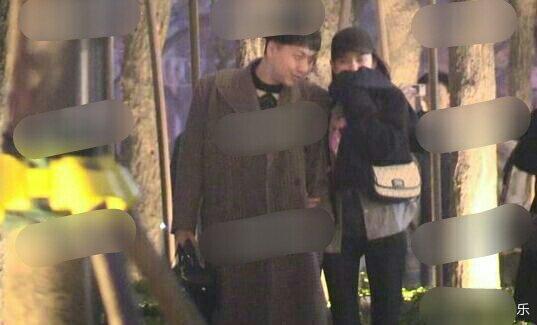 宋祖儿真豪迈啊,与男性友人在街上挽着胳膊