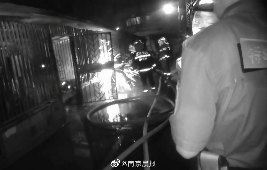 老小区停车棚起火 警方提醒:夏季更要注意防火安全