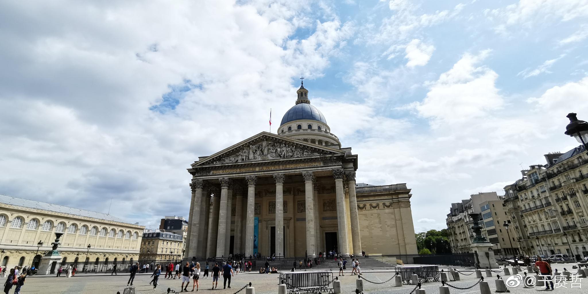 法国先贤祠,伏尔泰和卢梭的棺椁隔着通道相对,伏尔泰有雕像