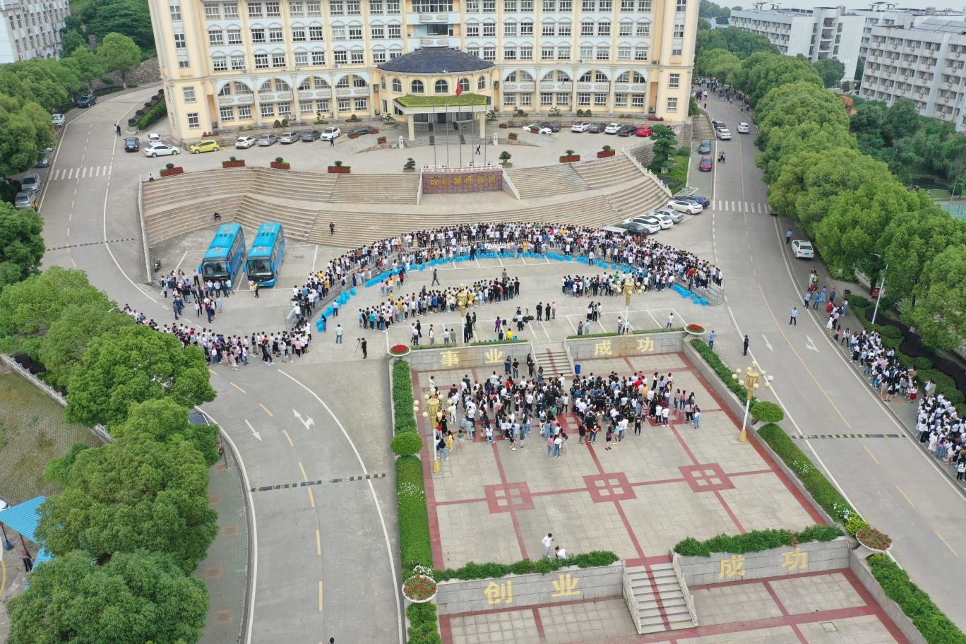 武昌理工学院拍千人合影毕业照,太壮观!