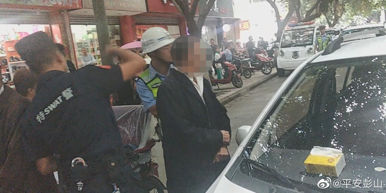 电动四轮车连撞三人想逃  民警及时拦下群众拍手叫好