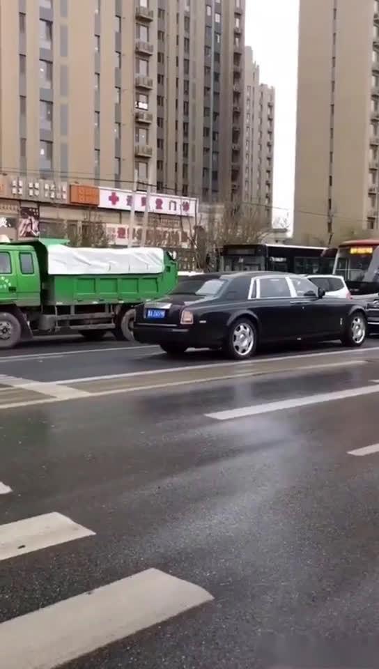 视频:劳斯莱斯逆行,所有车都让了,只有这辆红旗L5没有让