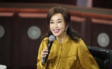 63岁刘晓庆近照曝光,面容又成焦点,网友:自然老去不好吗?