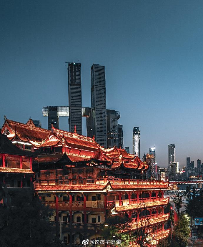 盛夏重庆,晴空万里,建筑与水中倒影形成一幅美画