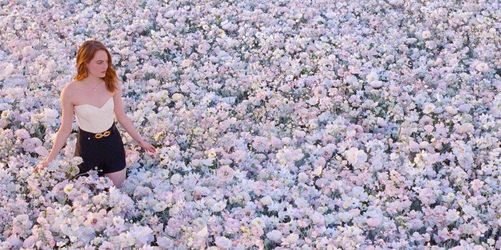 石头姐Emma Stone为LouisVuitton香水拍摄广告幕后照欣赏。