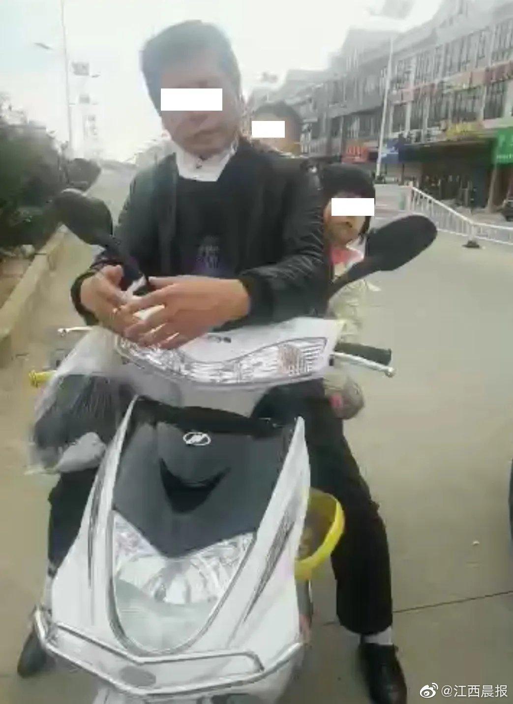 江西一男子带着年幼儿女冲卡 结果摊上事了