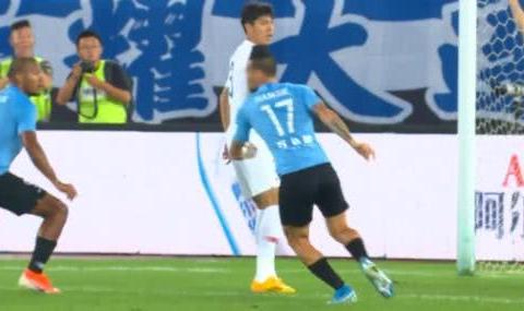 GIF - 2场2球!哈姆西克头球破门,贝尼特斯站起来为他鼓掌