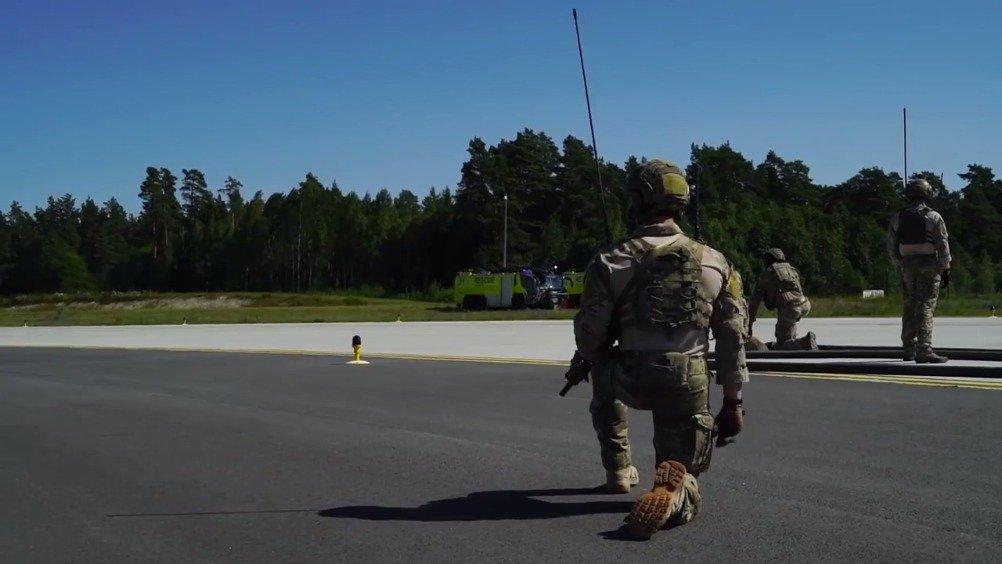 美国空军特种部队为F-35战机和MC-130J加油