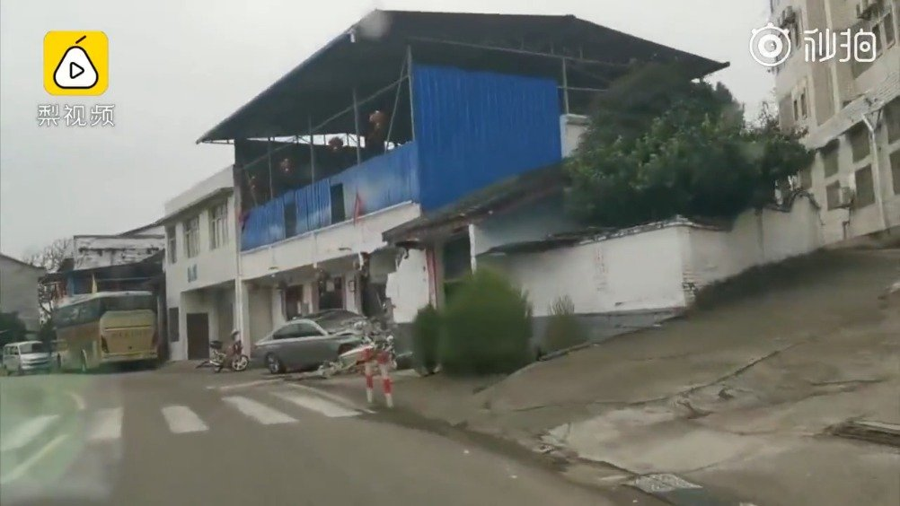 四川南充一辆宝马车撞了民房,周边的人非常淡定的继续打麻将