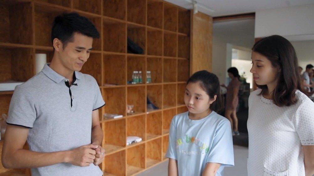 设计师@MingLueng邀请美院的老师引导小委托人画画,作为新家的软装