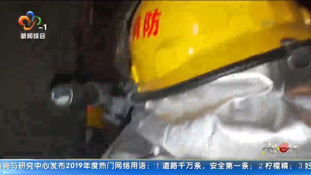 赞小区突发火灾,消防员冲进火场救出中风老人