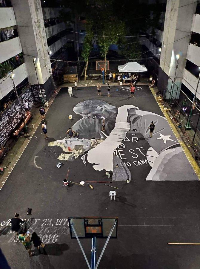 菲律宾球迷在一个街头球场涂鸦科比和女儿Gigi的画像