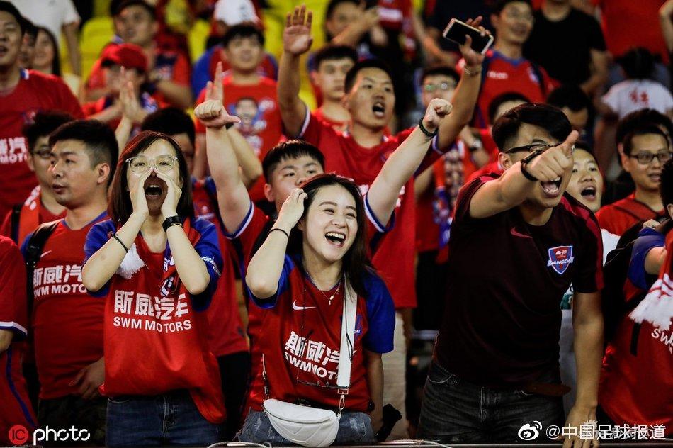 重庆客胜远征美女球迷嗨了!狂喜呐喊不断
