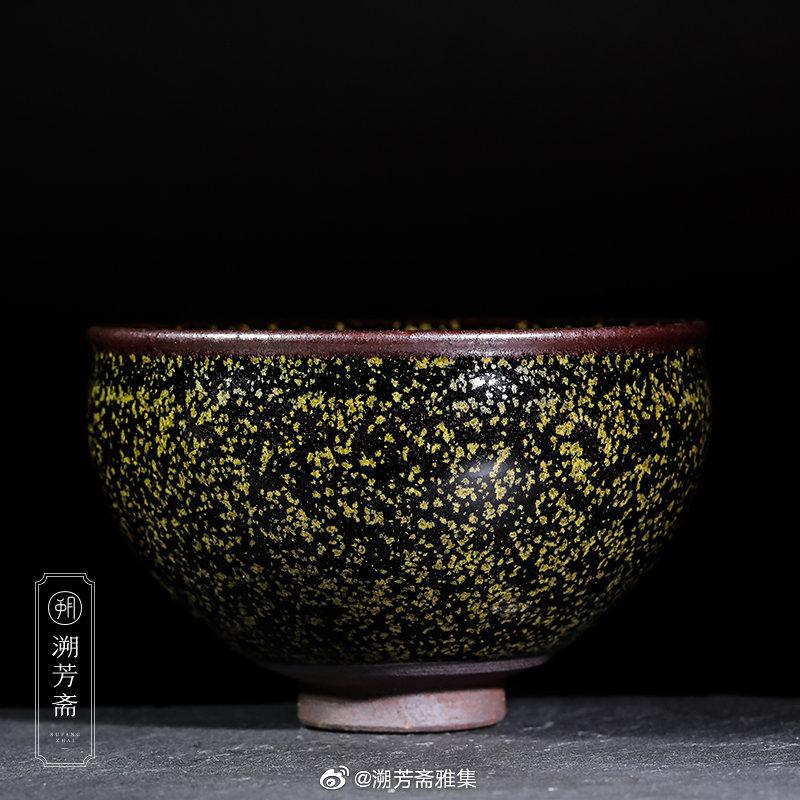 建盏的釉,属于古代结晶釉的范畴。在窑炉焙烧的过程中