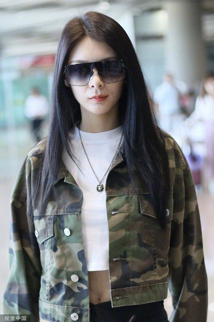 傅菁最新特工look,迷彩性感搭配美女超短热裤,像是一位黑色女性感机场v特工外道骑马舞图片
