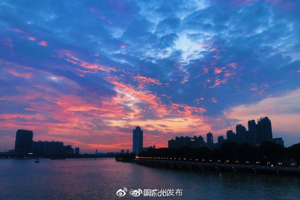 倒翻颜料的天空,像是走进了漫画世界,带来着无限的美好