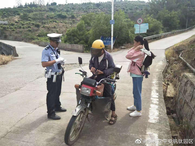 交警大队开展农村道路安全整治工作,现场查获一起重点违法行为