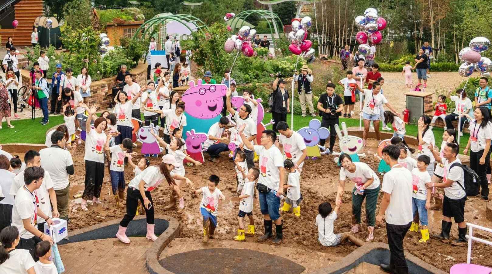"""8月20日数百位小朋友和家长加入到了小猪佩奇欢乐""""家""""年华的活动中"""