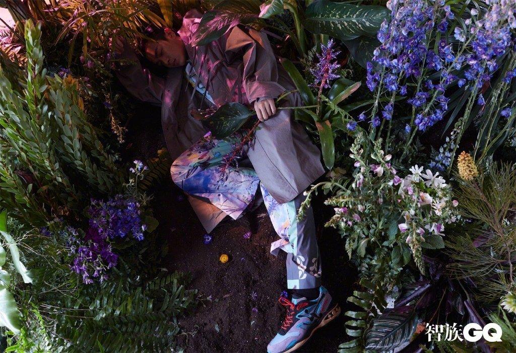 张若昀 X《智族GQ》,身着繁复精美的印花西装,立于花草灌木丛中