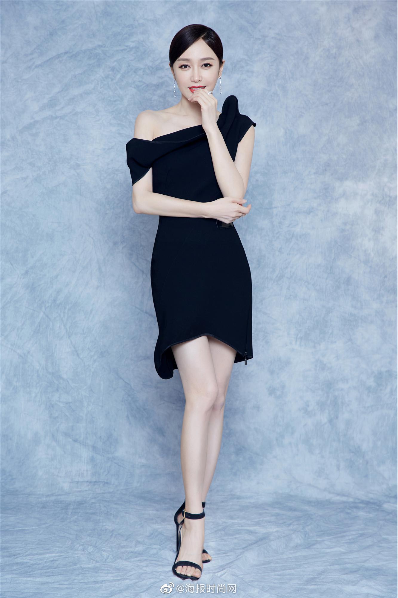 @秦岚 亮相活动,身穿Maticeviski斜肩黑色连衣裙