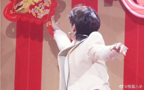 @UNIQ-王一博接收一颗跳跳啵啵糖,哈哈哈,湖南卫视春晚路透。