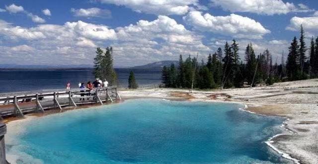 黄石公园:位于美国怀俄明州,是世界上第一个最大的国家公园
