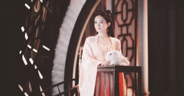 赵丽颖嫦娥仙子造型小圆脸超惊艳,怀抱大兔子身材太显娇小