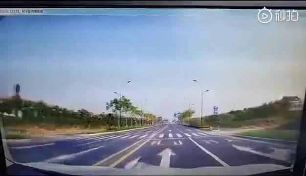 超车距离不够,估计以为自己是性能车,结果出事儿了!