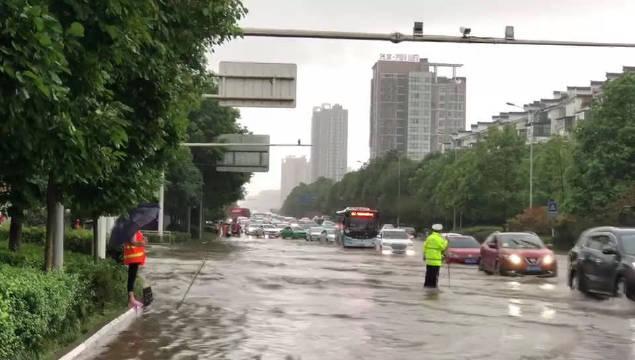 目前,游仙区师院路口积水有所消退,车辆可缓慢通行