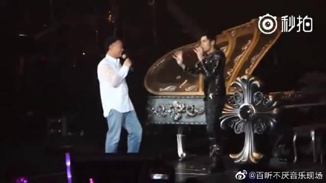 陈奕迅周杰伦《明明就+淘汰》现场版,两首歌作曲人都是杰伦