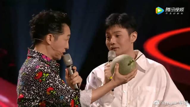 李荣浩送庾澄庆哈密瓜,哈林:长得真像我儿子???