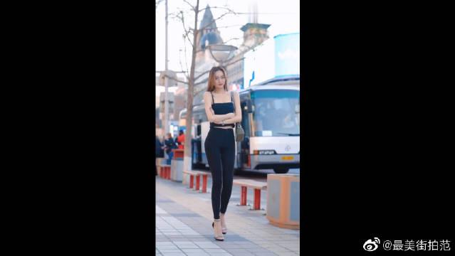 北京三里屯的街拍,总感觉小姐姐与背景格格不入啊!