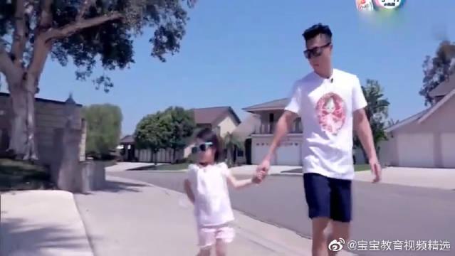 奥莉戴着墨镜,和爸爸一起出行,背着小手好可爱啊,一家颜值超高哦