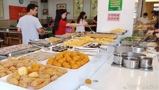 一个人吃素食自助餐,15元一位,50多种菜品随意选,便宜又好吃