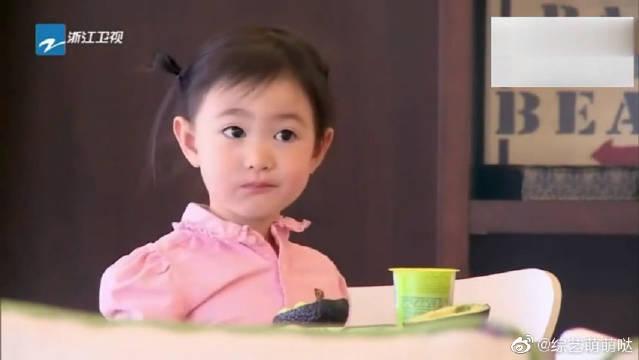 妈妈又给奥莉设计了新发型,萌神奥莉吃个早饭还不忘逗李小鹏!