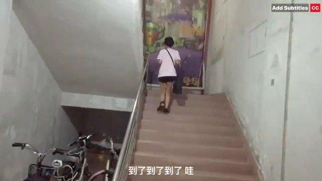 没想到JJ也是曼联球迷!林俊杰身穿红魔战袍拍摄vlog,踢小场比赛