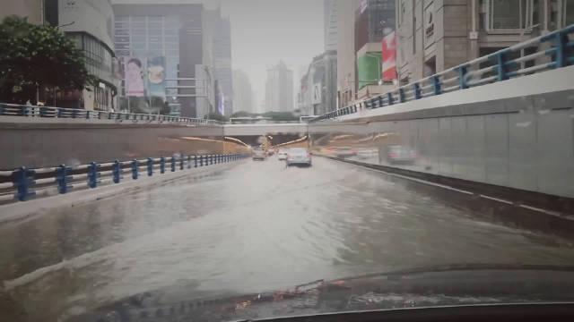 观音桥下穿道积水,大家谨慎通行。当然,画面45秒的那种车,自便