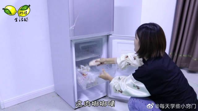 """冻肉冻的比""""石头""""还硬!只需丢几片,5分钟化冻还去腥,好法子"""