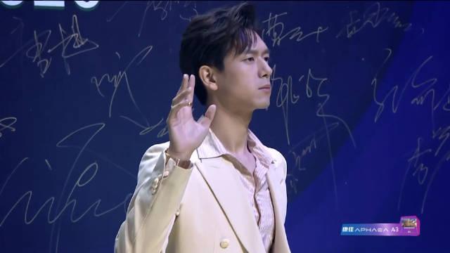 李现一身米黄色西服套装内搭浅粉色衬衫亮相