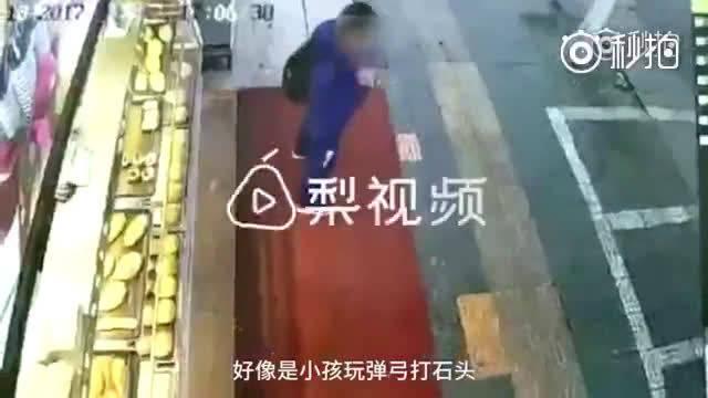 2017年12月发生的一幕:小学生用弹弓打车,被车主爆踹数脚